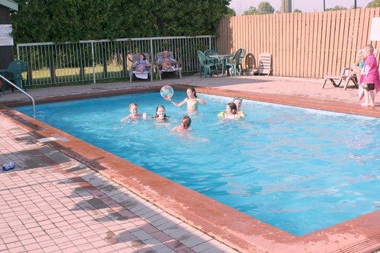 Quality Inn & Suites 1000 Islands: Outdoor Seasonal Pool