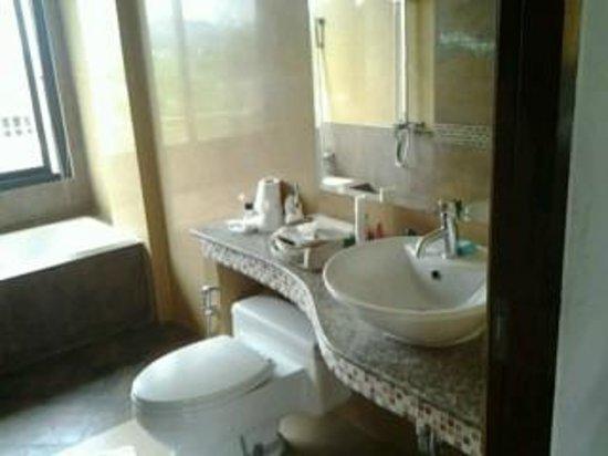 Chaweng Lakeview Condotel : bagno con vasca e doccia