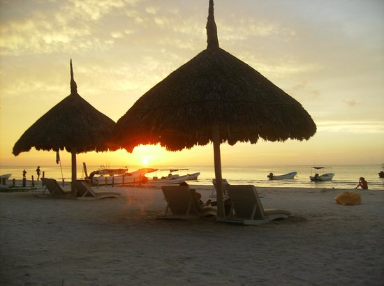 Holbox Hotel Casa las Tortugas - Petit Beach Hotel & Spa: Sunset on the lounge chairs
