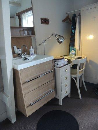 Bot Bed & Breakfast : Desk and sink
