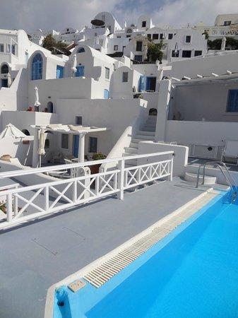 La Perla Villas: Vista da piscina para os quartos