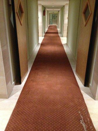 Golden Tulip Carthage Tunis : Wobbly carpet