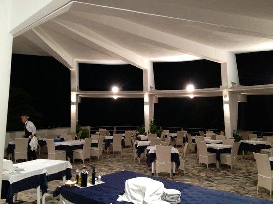 La terrazza coperta per la cena. Imperdibile sedersi in tempo per ...