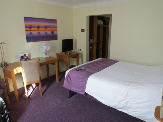 Premier Inn Cardiff North Hotel: OK - provided you can at least tolerate purple