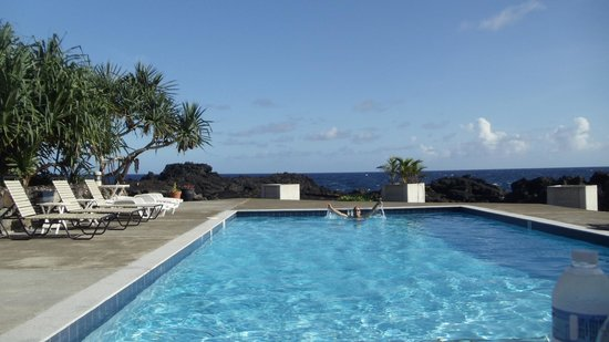 Tutuila, American Samoa: Brilliant pool overlooking shore