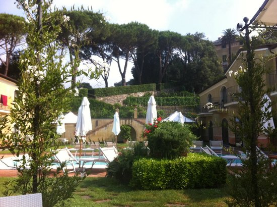 Hotel Villa Agnese: L'espace piscine/ petit déjeuner
