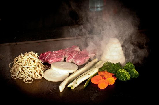 Kobe Japanese Steakhouse & Sushi Bar: Come and enjoy the show!