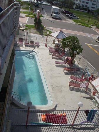Beachwalk Inn: Small pool