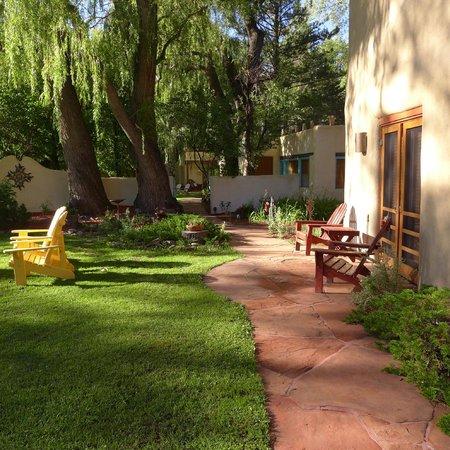 Hacienda del Sol: Walkway to main house for breakfast