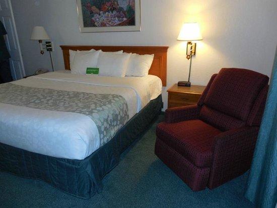 La Quinta Inn Denver Westminster Mall: Bed/Recliner area