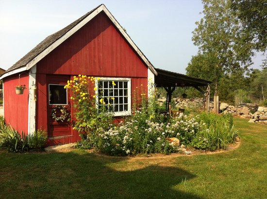 Inn at Lower Farm Bed and Breakfast: Outbuilding with gardens