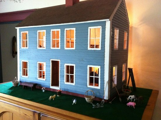 Inn at Lower Farm Bed and Breakfast: The doll house is redecorated for each season and holiday