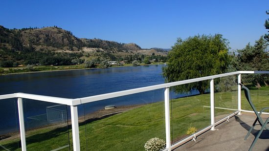 South Thompson Inn & Conference Center: The view of the river from the dining deck