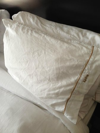 Holiday Inn Express Hotel & Suites Newmarket: Scrunched Pillow Case
