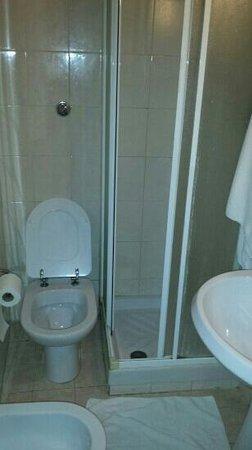 San Germano: il bagno della camera....e tutto li nemmeno un cm di più.