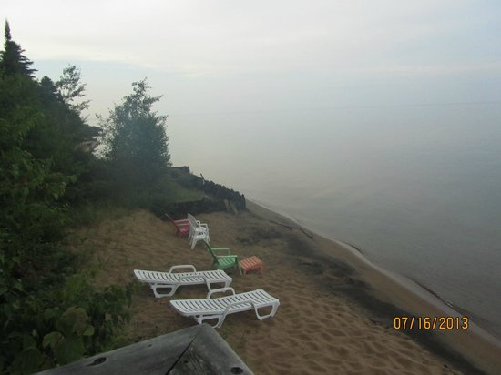 Magnuson Grand Hotel Lakefront Paradise: Beach view..  Full beach is same amount other direction.