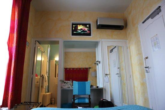 Hôtel de Paris et Poste : La TV au plafond ! Inovant... !!