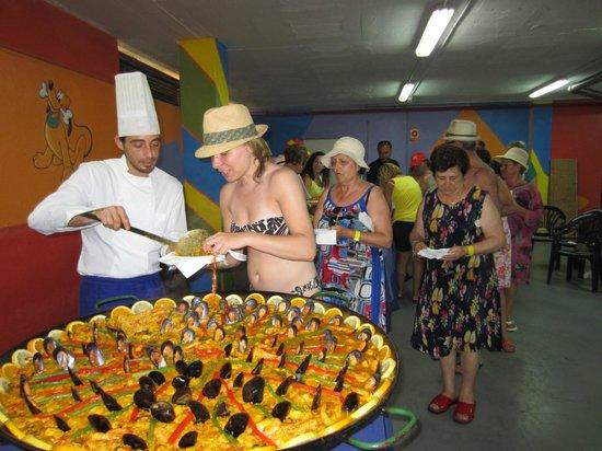 VIK Gran Hotel Costa del Sol: una paella organizada por las animadoras