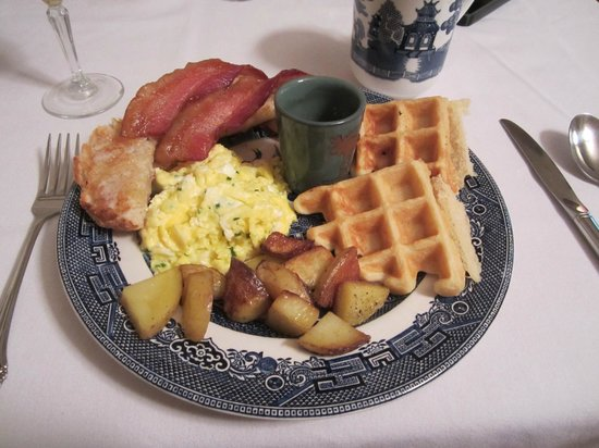 Red Elephant Inn Bed & Breakfast: Waffles, Potatos, Bacon, English Muffin and Eggs with Cream Cheese and Chives