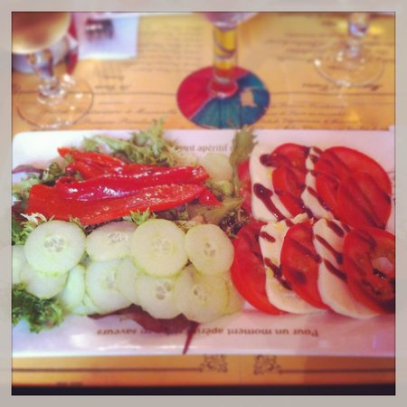 Le Chat Gourmand. Starter: Green salad, grilled peppers, mozarlla and tomatoes