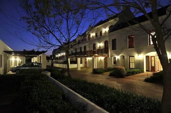 Kleine Zalze Lodge: Lodge by Night