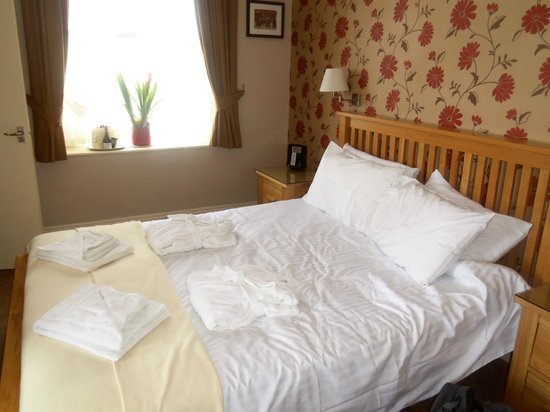 Riviera Lodge Hotel Torquay : welcome bed - everything spotless