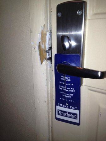 Travelodge South Burlington: Broken Door Frame