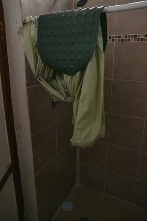 La Casa del Tio: we had to unhang the shower curtain