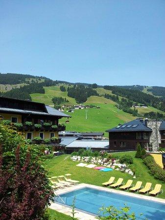 Saalbacher Hof: The view of the garden and outdoor pool