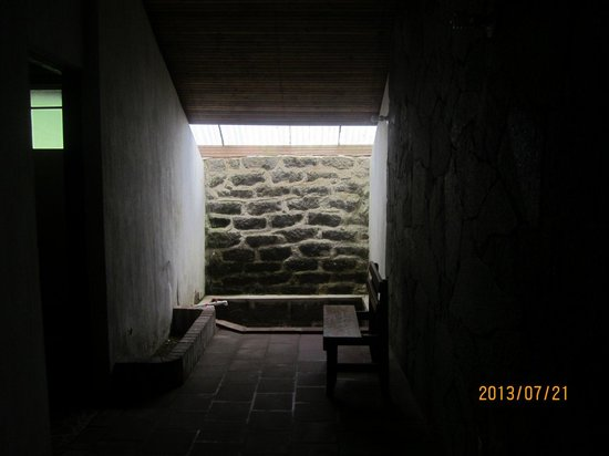 Fuentes Georginas: Great anteroom with hotspring water - use it to try to heat your bungalow!