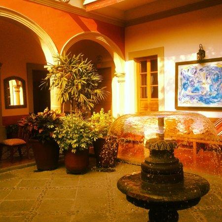 Gran Casa Sayula Hotel Galeria & Spa : la fuente es hermosa en los patios