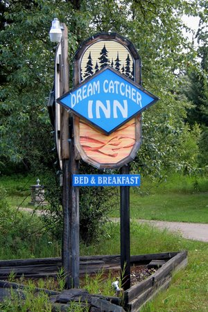 Dream Catcher Inn : Watch for this sign at the roadside.