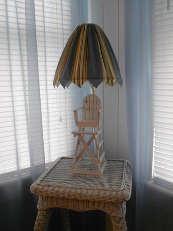 Sunshine Cozy Cottages: a lamp in the bedroom