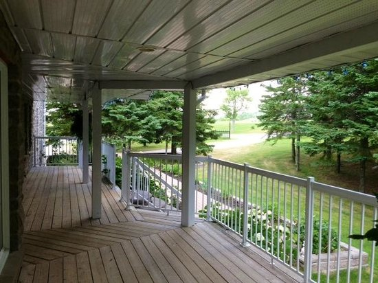 Hillview Haven Estate: Deck