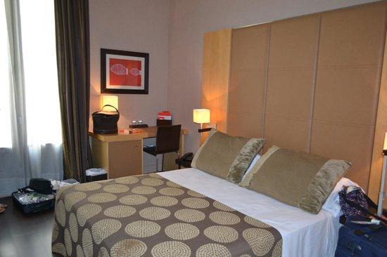 Inglaterra Hotel: Nice modern room