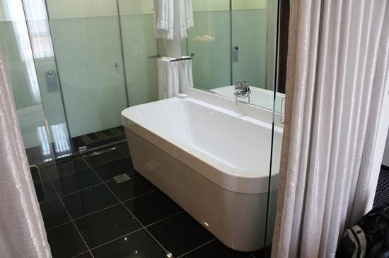 DaVinci Hotel and Suites: Banheira, nova e limpa!