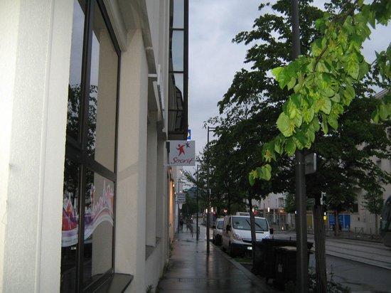 Hotel Mercure Bordeaux Centre Gare Saint Jean : Rua em frente ao hotel