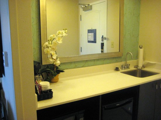 Hampton Inn & Suites by Hilton Halifax - Dartmouth: Kitchenette/entry into suite