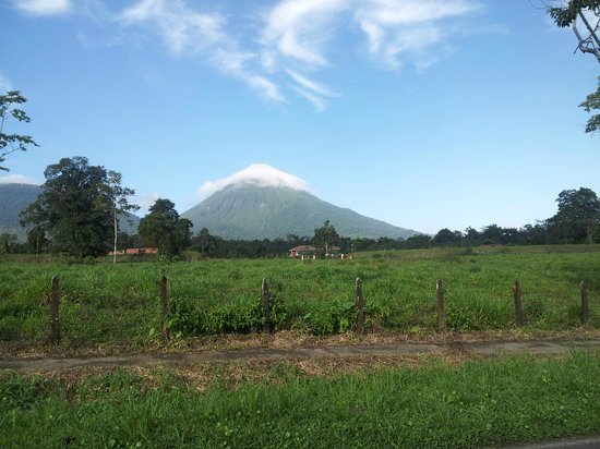The Sleeping Indian Guesthouse: arenal volcano at its best