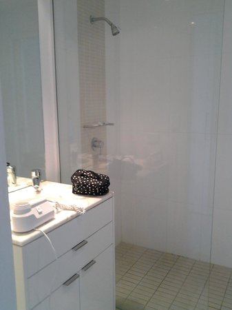 Ultra Broadbeach : 2nd bathroom