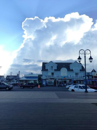 The Inn At The Shore: Bright sun over the Belmar Boardwalk