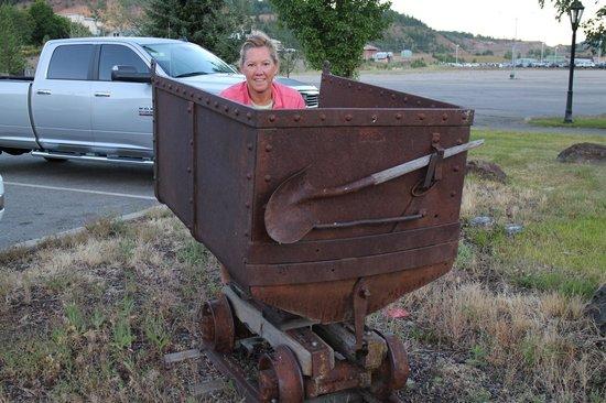 FairBridge Inn & Suites Kellogg: Mine wagon out front of hotel
