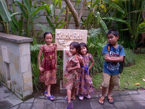 Villa Jalak Bali: kids at the garden