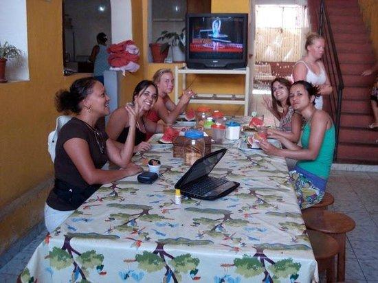 Manaus Hostel Trip Tour: Café da manhã numa única mesa.