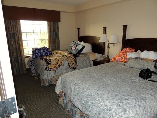 Staybridge Suites Eastchase Montgomery: Beds from suite