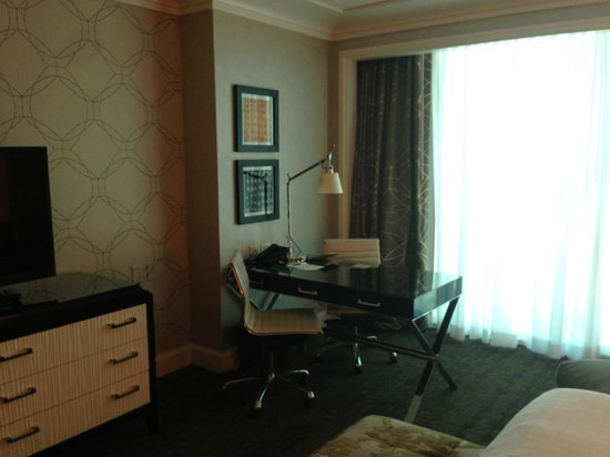 Four Seasons Hotel Las Vegas: Desk Area in Strip View Room