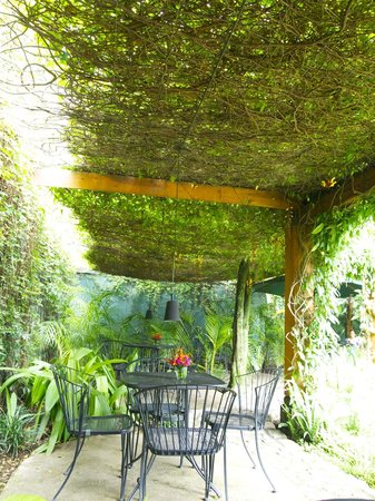 Restaurante Epicure: Outdoor seats in courtyard