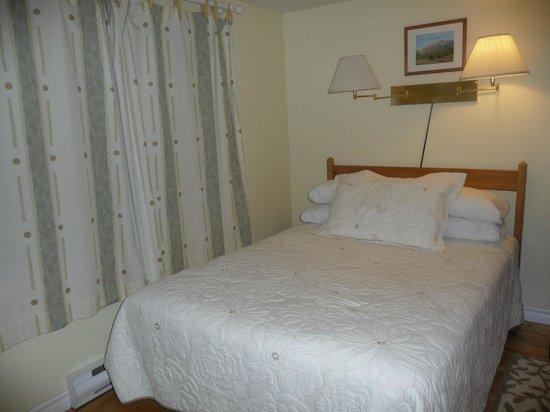 Auld Farm Inn B & B: Simple and tidy bedroom!