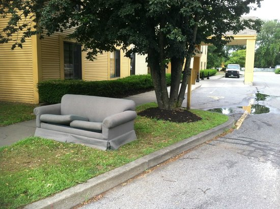 La Quinta Inn & Suites South Burlington: La Quinta abandoned couch welcome