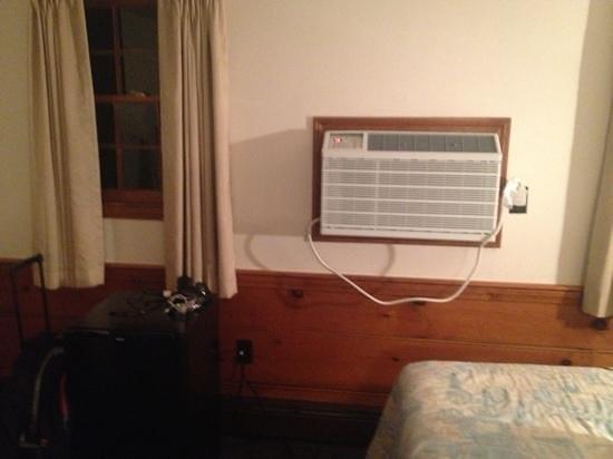 Knights Inn Boston/Danvers: AC and fridge